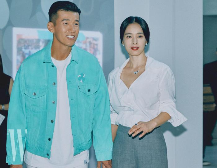 티파니 블루 컬러 재킷을 입은 션과 다이아몬드와 탄자나이트 세팅의 클러스터 목걸이와 귀고리를 착용한 정혜영이 사이좋게 들어섰다.