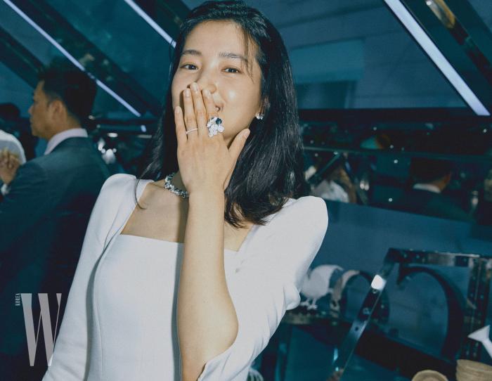 카메라를 마주한 김태리의 미소. 옐로 다이아몬드를 세팅한 파이어 플라이 반지가 돋보인다.
