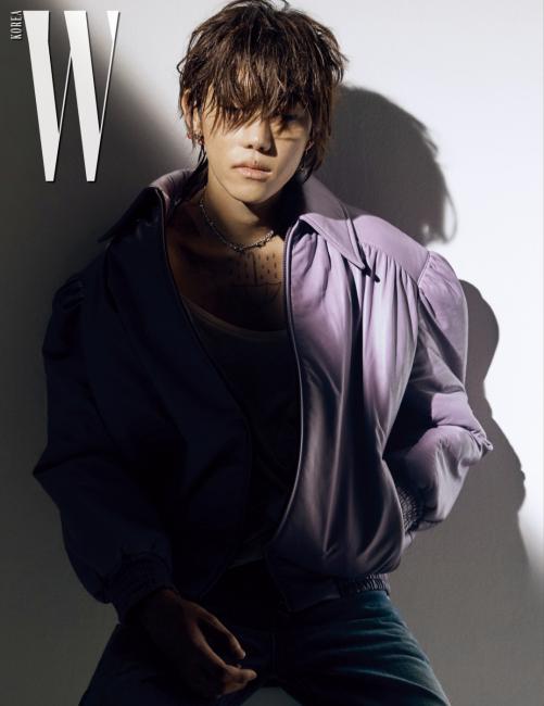 레트로풍 보머 재킷은 Miu Miu 제품.