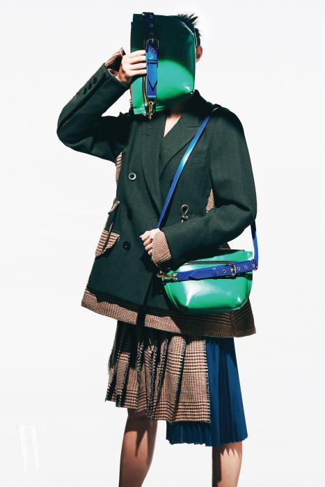 체크 패턴을 섞은 블레이저 재킷은 2백만원대, 주름 스커트는 1백만원대. 모두 사카이 제품.