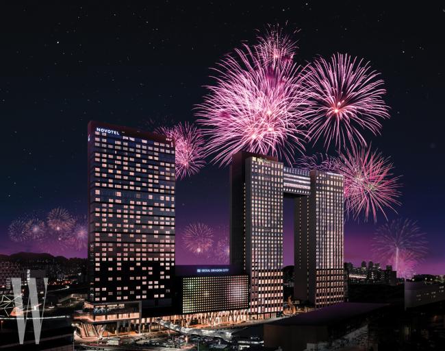 불꽃 축제가 열리는 한강공원의 전경이 한눈에 내려다보이는 위치와 높은 전망권을 갖춘 서울드래곤시티.