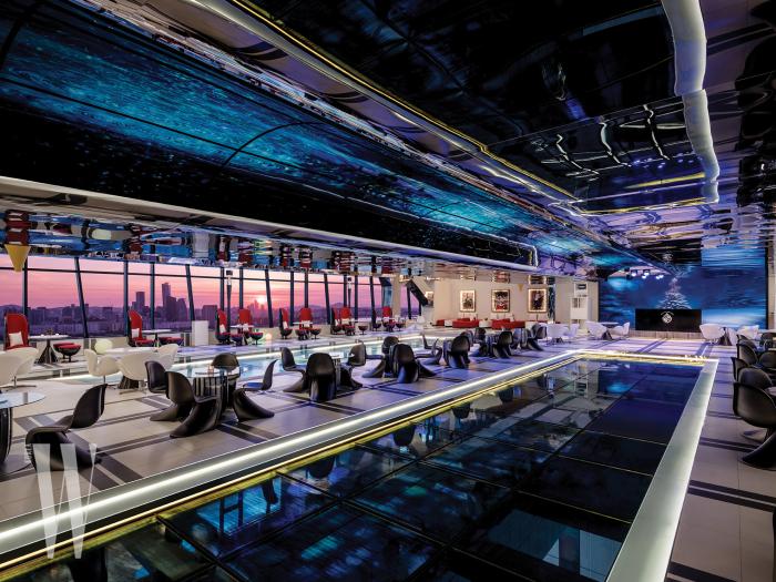 형형색색으로 물든 화려한 전경을 파노라마 뷰로 감상할 수 있는 킹스 베케이션의 내부 공간.