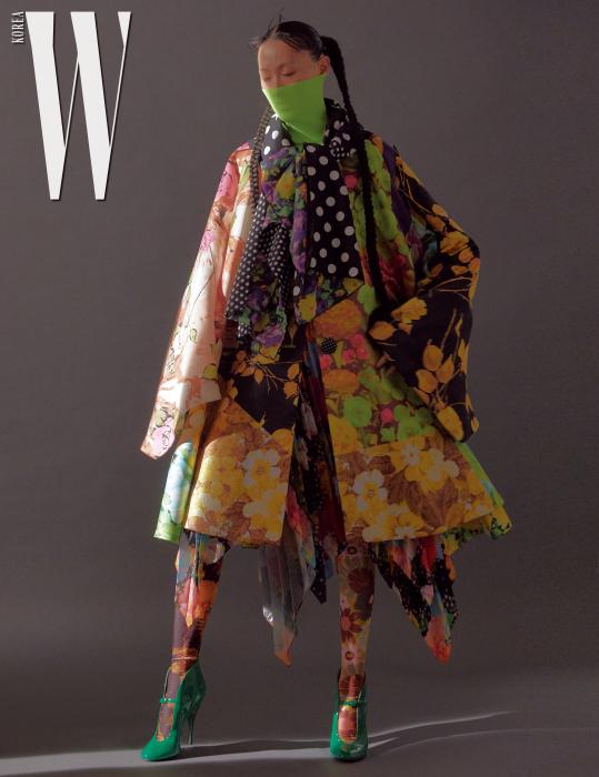 네온색 풀오버는 Zara, 화려한 꽃무늬 스커트와 레깅스, 스카프 장식의 다채로운 프린트 코트는 모두 Richard Quinn by Hanstyle.com, 녹색 페이턴트 힐은 Miu Miu 제품.