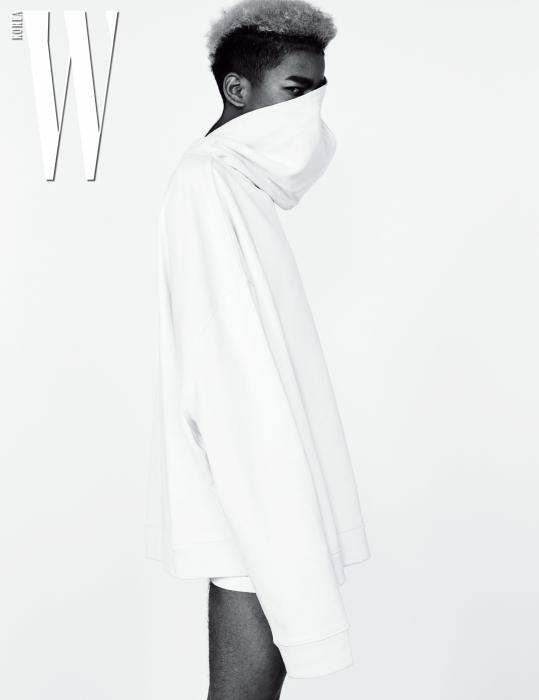 반대로 입어 연출한 후디는 Raf Simons by Mue, 언더웨어는 Calvin Klein Underwear 제품.