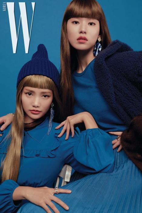 하연수가 입은 프릴 장식 블루 드레스는 N°21, 푸른색 샹들리에 귀고리는 Gateless, 원석 반지는 모두 Pandora 제품, 이너로 입은 검은색 시스루 블라우스, 비니는 스타일리스트 소장품. 박환희가 입은 푸른색 모피 코트는 Fendi, 니트는 N°21, 푸른색 주름 치마는 Maison Margiela, 커다란 귀고리는 Hestia, 대리석 반지는 Lovcat Bijoux 제품.