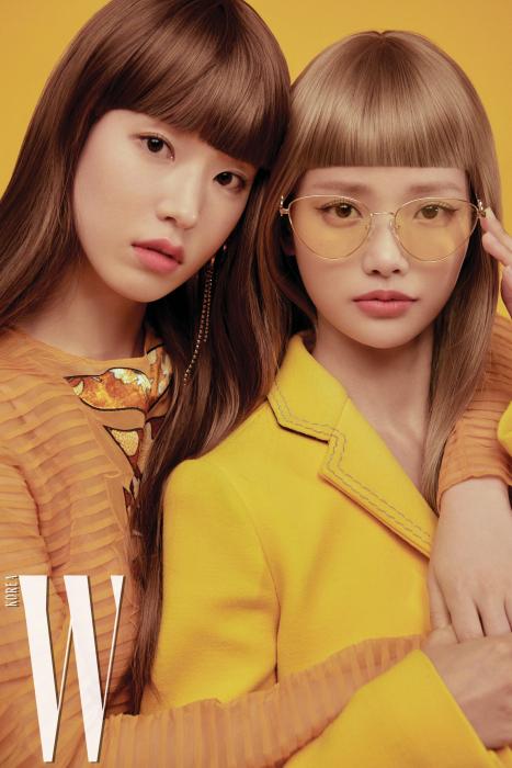 박환희가 입은 시스루 드레스는 Bottega Veneta, 귀고리는 Jealousy 제품. 하연수가 입은 노란색 재킷은 Bottega Veneta, 선글라스는 Vedi Vero 제품.