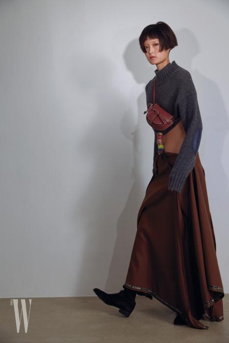 드레스는 가격 미정, 게이트 백은 1백만원대. 로에베 제품. 스웨이드 부츠는 스튜어트 와이츠먼 제품. 80만원대.