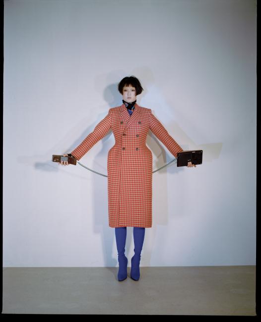 3D 코트와 터틀넥, 스판덱스 팬츠 부츠는 모두 발렌시아가 제품. 가격 미정.