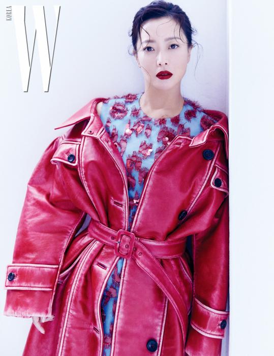 레트로 무드의 붉은색 가죽 트렌치코트는 Miu Miu, 화려한 시퀸 장식으로 꽃을 형상화한 드레스는 Delpozo 제품.