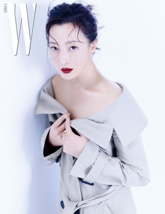 오프숄더 형태의 트렌치코트는 Dior, 정제된 디자인의 아이스큐브 컬렉션 귀고리와 레이어링해 착용한 반지는 모두 Chopard 제품.