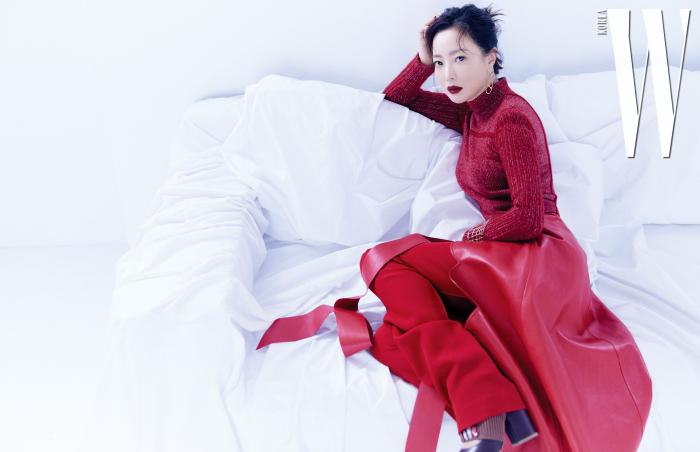 붉은색 터틀넥 니트 스웨터, 크로커다일 패턴을 형상화한 옐로 골드 커프, 펑크에서 영감 받은 샹당크르 컬렉션의 옷핀 귀고리는 모두 Hermes, 팬츠와 가죽 랩스커트는 Valentino, 시퀸 장식 니트 밴딩을 더한 펌프스는 Delpozo 제품.
