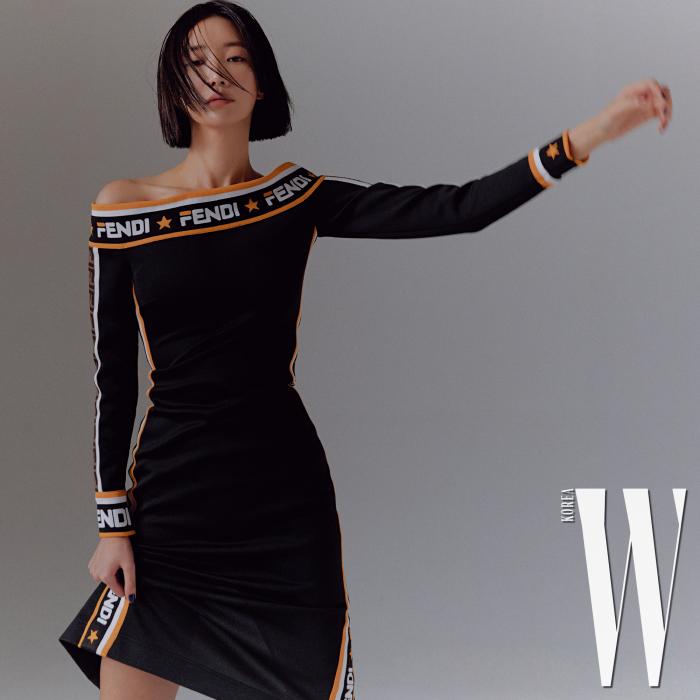 로고 밴딩 장식 오프숄더 드레스는 Fendi 제품