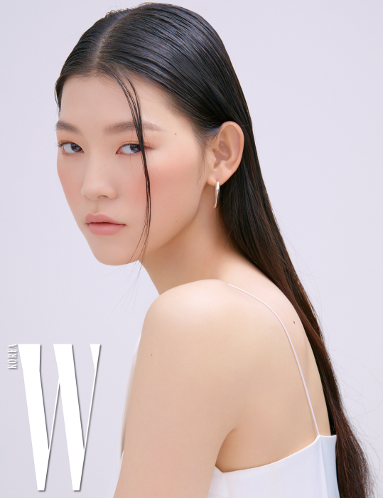 흰색 슬립 드레스는 YCH, 이어링은 Recto 제품.