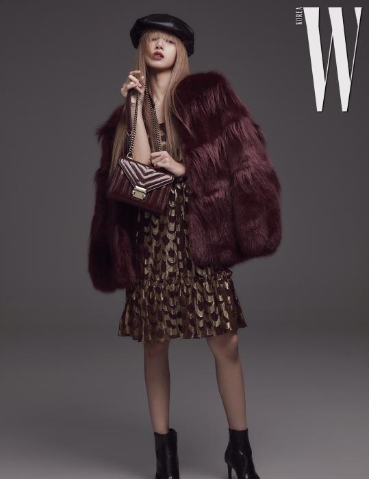 골드와 진한 자줏빛을 조합한 '스캘럽' 드레스와 '셰브론' 퍼 코트, 코리아 에디션 '위트니' 백 모두 Michael Michael Kors 제품.