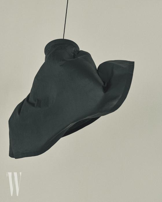 자연스러운 구김이 멋진 검은색 스커트는 코스 제품. 가격 미정.