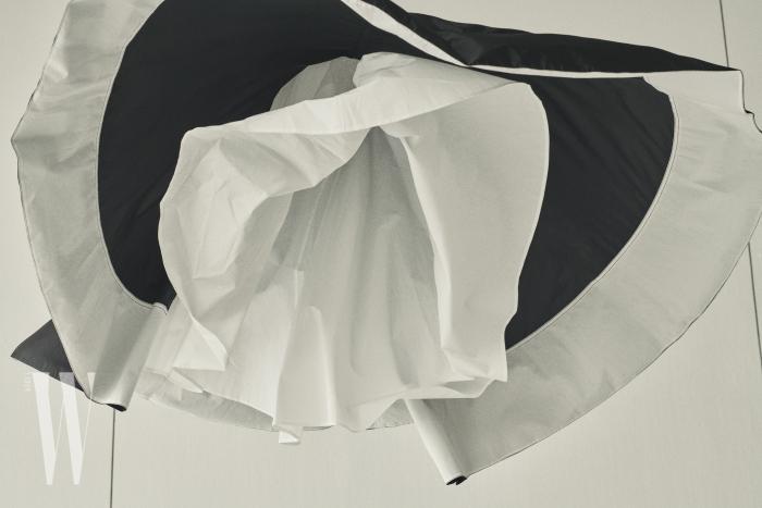 안감이 풍성하게 들어간 플레어스커트는 CK 캘빈클라인 제품. 55만8천원.
