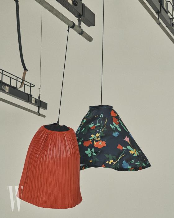 인조 가죽 소재의 주름 스커트는 자라 제품. 5만원대. 큼직한 꽃무늬 플레어스커트는 MSGM by ihanstyle.com 제품. 62만5천원.