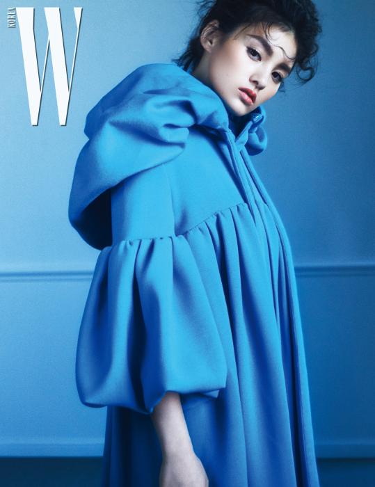 플레어 장식 울 코트와 볼륨감이 돋보이는 후드 장식은 발렌티노 제품.