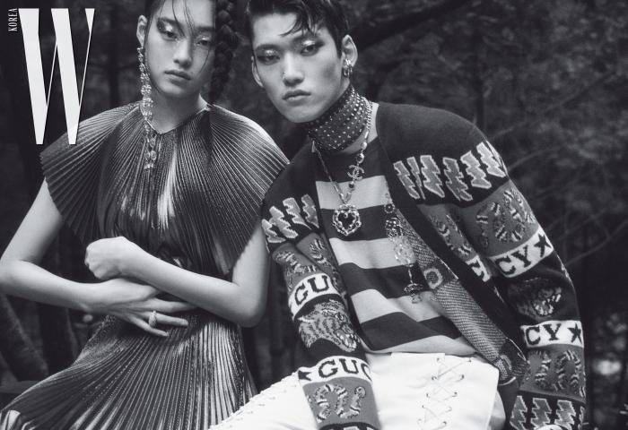 김설희가 입은 메탈릭 주름 드레스는 Givenchy, 귀고리는 1064 Studio 제품. 정용수가 입은 로고 패턴 카디건, 줄무늬 톱, 가죽 팬츠는 모두 Gucci, 이어커프는 Portrait Report, 레이스 소재 초커는 Ordinary People, 체인 목걸이는 Chanel 제품.
