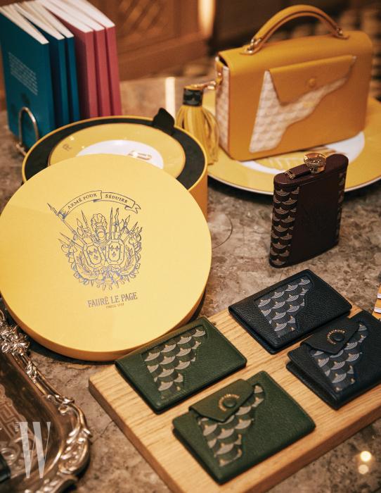 프랑스 황실에 무기와 가죽 제품을 납품하던 브랜드의 아이덴티티가 고스란히 드러나는 아이템이 가득하다.