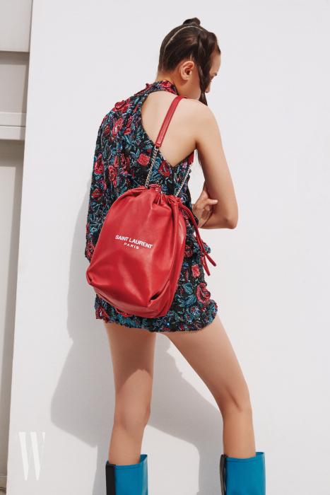 드레스, 가방은 Saint Laurent by Anthony Vaccarello, 레인 부츠는 Stuart Weitzman 제품.
