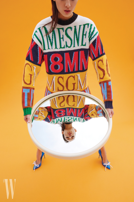 볼드한 로고가 인상적인 니트 풀오버는 MSGM, 스틸레토 힐은 Burberry 제품.