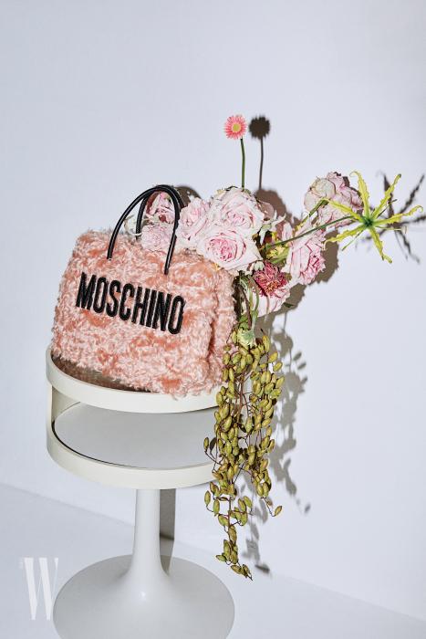 퍼 장식 토트백은 Moschino 제품.