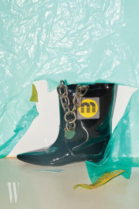 체인 목걸이와 부츠는 Miu Miu 제품.