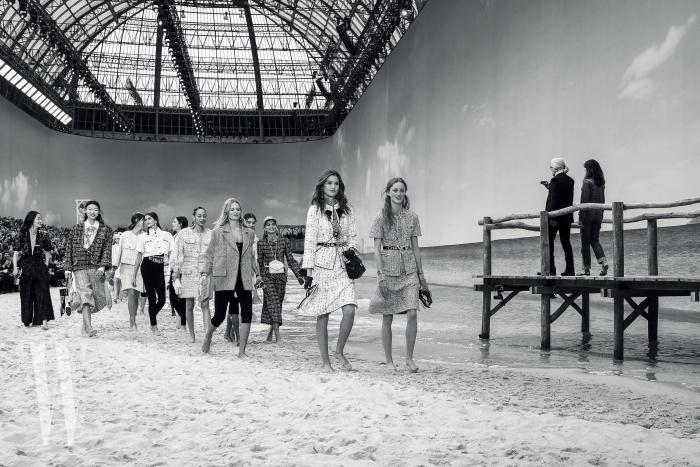 피날레에서도 밝고 긍정적인 분위기는 그대로 이어졌다. 모든 모델들은 해변으로 쏟아져 나왔고, 맨발 차림으로 신나게 해변을 걸었다.