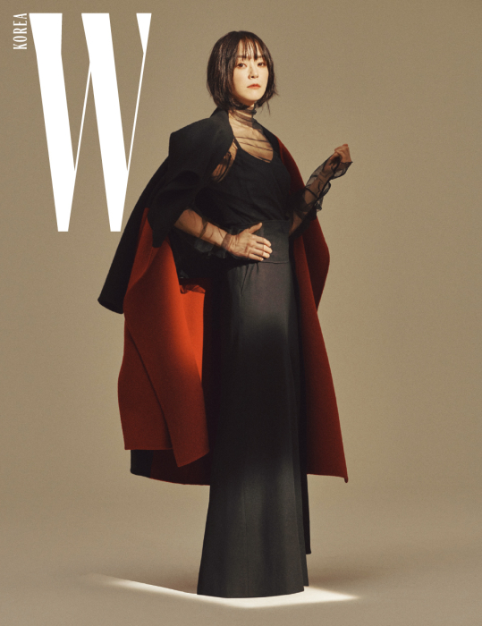 빨강과 검정의 대비가 드라마틱한 분위기를 자아내는 큼직한 크기의 울 코트, 검정 캐미솔, 시스루 톱, 벨트, 통넓은 팬츠는 모두 Demoo 제품.