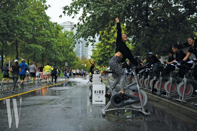 씨위즈 하프마라톤 대회를 응원하는 에너지 넘치는 사람들.