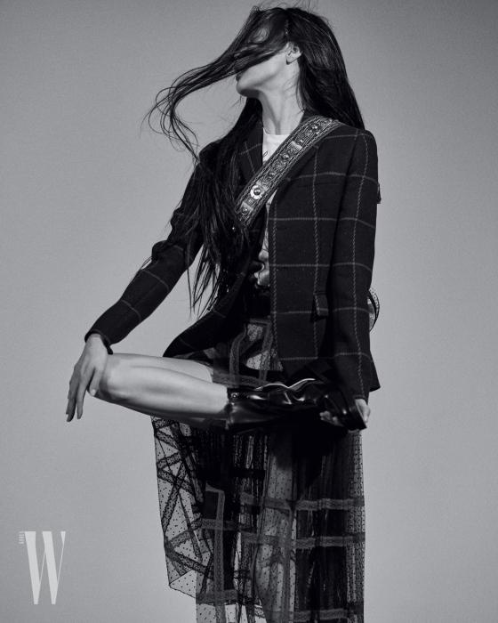 체크무늬 재킷, 안에 입은 티셔츠,시스루 체크 스커트, 워커와 자수 스트랩 백은 모두 Dior 제품.