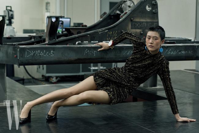 벨벳 미니드레스, 하늘색 이어링과 체인 팔찌, 검은색 플랫폼 슈즈는 모두 Balenciaga 제품.