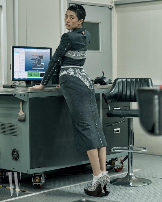 속옷과 겉옷이 전복된 전위적인 슈트 드레스, 레오퍼드 패턴의 웨지 슈즈, 하얀색 양말은 모두 Thom Browne 제품.