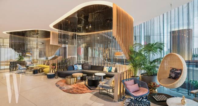 W 호텔 브리즈번 1층의 리빙룸은 W 호텔 서울 1층의 모던한 공간이었던 우바보다 안락한 분위기다. 호텔 3층에 있는 웻 데크는 실내와 실외 수영장의 장점을 두루 갖췄다.