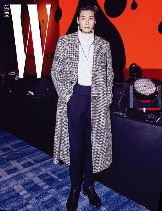 모델 출신다운 완벽한 핏으로 시선을 모은 배우 김영광의 코트 룩, 체크 패턴 코트와 목이 올라오는 지퍼 장식 이너, 검정 팬츠와 부츠는 모두 Givenchy 제품.
