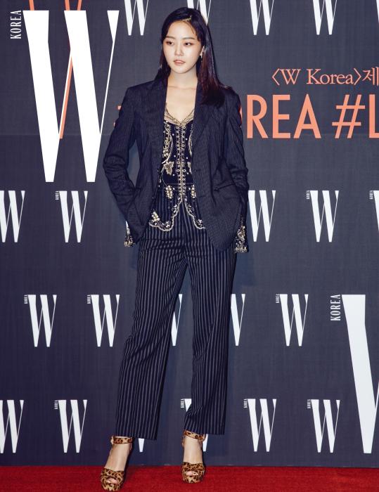 톱모델에서 배우로 새로운 도전을 시작한 모델 강승현. 스트라이프 재킷과 팬츠, 이너로 입은 레이스 톱, 레오퍼드 슈즈는 모두 Ralph Lauren 제품.