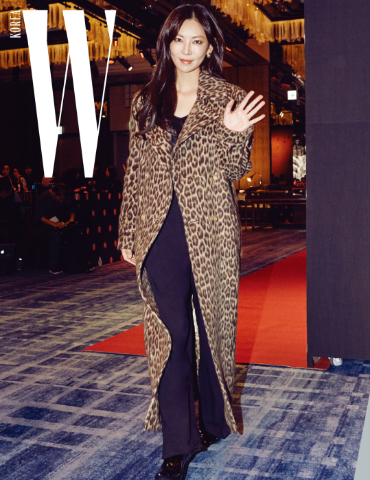 강렬한 레오퍼드 코트로 글래머러스한 룩을 연출한 배우 김소연. 롱 코트와 톱, 검은색 팬츠는 Max Mara 제품.