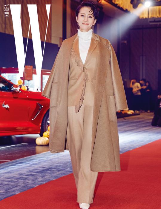 최근 개봉한 에서 멋진 연기를 보여준 배우 염정아. 베이지색 코트와 프린지 장식 재킷, 스트레이트 핏 팬츠는 모두 Max Mara 제품.