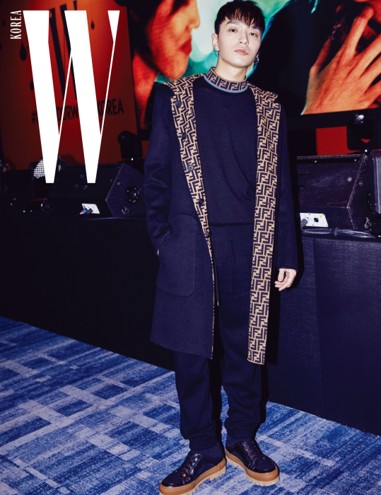 디너 행사 중 갑작스러운 요청에도 멋진 노래로 분위기를 띄워준 래퍼 사이먼 도미닉. 안감의 반복된 로고 패턴이 인상적인 코트와 터틀넥, 검은색 팬츠, 부츠는 모두 Fendi 제품.