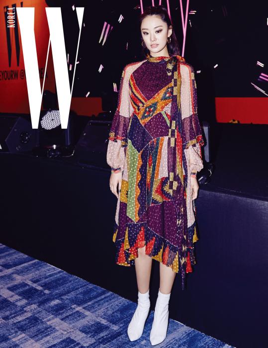 로 인상적인 연기를 보여준 모델 출신 배우 스테파니 리. 여러 컬러와 패턴이 뒤섞인 에스닉 무드의 드레스는 Etro 제품.