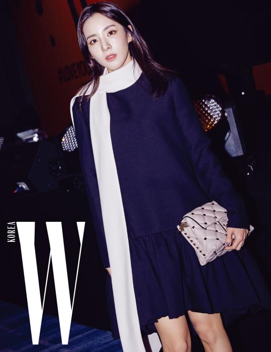 러블리한 드레스로 여성스러운 분위기를 물씬 풍겼던 가수 산다라 박. 하이넥 칼라 드레스와 볼륨감 있는 퀼팅백은 Valentino 제품.