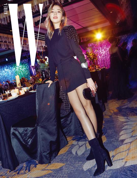 촬영 요청에 멋진 포즈로 화답한 세계적인 패션 아이콘 아이린. 어깨에 스터드 장식이 있는 검은색 미니드레스와 슈즈, 클러치, 귀고리는 모두 Saint Laurent 제품.