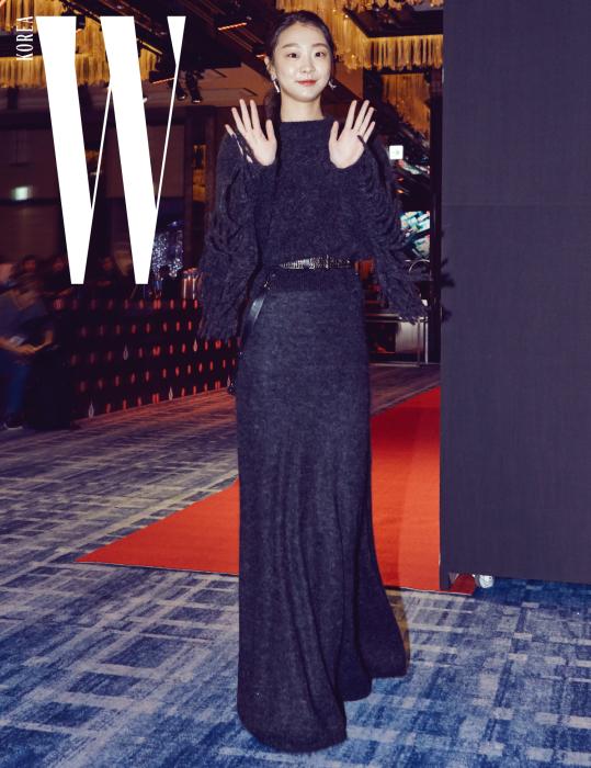 영화 에서 인상적인 연기를 펼치며 '대종상 신인여우상'을 수상한 충무로 샛별 배우 김다미가 카메라를 향해 수줍게 인사를 건넸다. 소매에 프린지 장식이 있는 진회색 톱과 드레스, 벨트는 모두 Max Mara 제품.