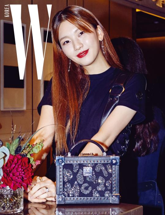 배우로 발돋움해 다양한 영역에서 두각을 나타내고 있는 김진경. 주얼 장식의 클래식한 블랙 스퀘어 백은 MCM 제품.