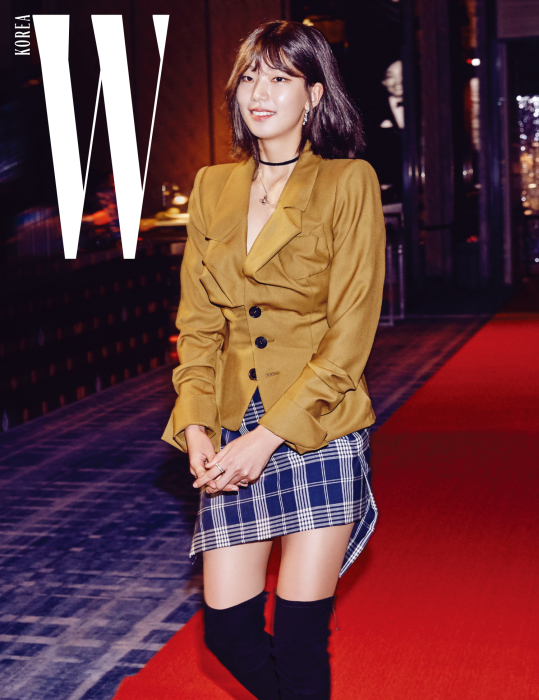 다양한 역할로 연기 스펙트럼을 넓혀가고 있는 모델이자 배우 이호정. 가슴 부분의 볼륨감 있는 실루엣이 특징인 재킷과 체크 패턴의 비대칭 스커트, 목걸이는 모두 Vivienne Westwood 제품.