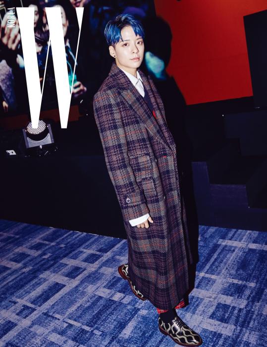 최근 솔로 활동을 시작하며 솔직하고 당당한 모습으로 사랑받고 있는 가수 엠버. 체크 패턴 롱 코트와 니트 베스트, 화이트 셔츠, 체크 패턴 팬츠, 옥스퍼드 슈즈는 모두 Vivienne Westwood 제품.