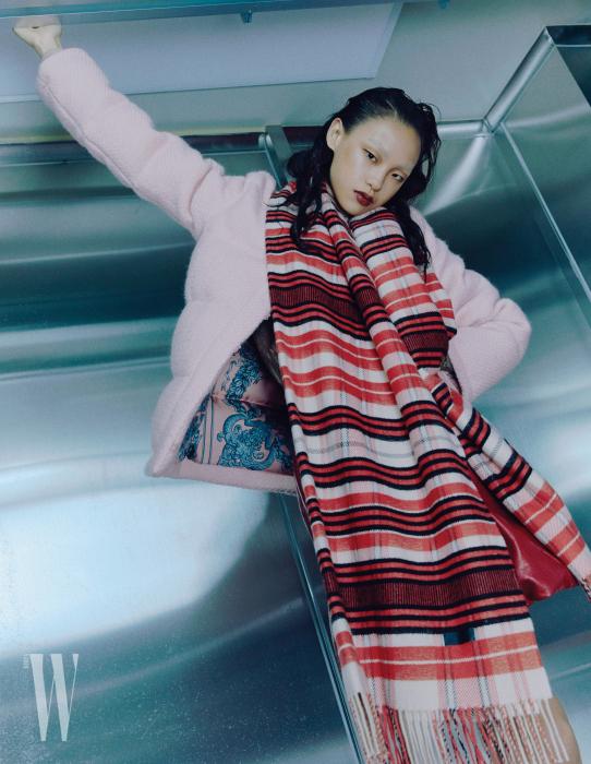 핑크색 트위드 소재 패딩은 구찌 제품. 4백40만원. 줄무늬 머플러와 터틀넥은 에르메스 제품. 가격 미정. 볼륨감 있는 스커트는 미우미우 제품. 2백64만원.