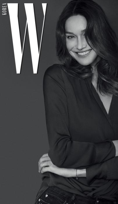 카를라 브루니가 입은 티셔츠와 데님 팬츠는 본인 소장품.