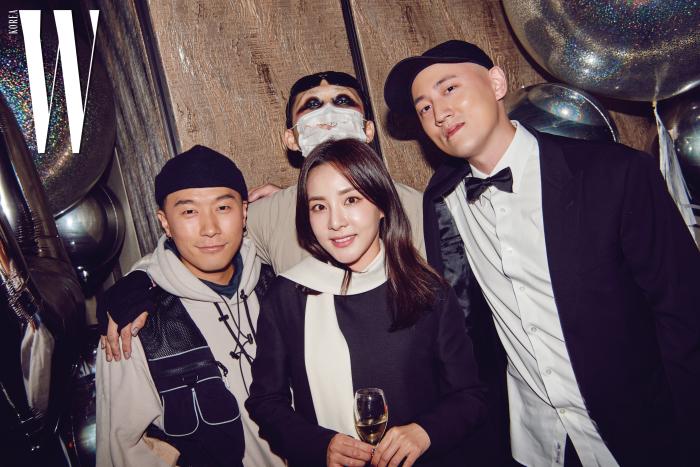 왼쪽부터 | 디제이 코난, 디자이너 바조우, 산다라 박, 두산 매거진 박서원 대표 이사.